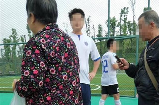 足球意外飞出砸到人 被砸老太:赔我金耳环