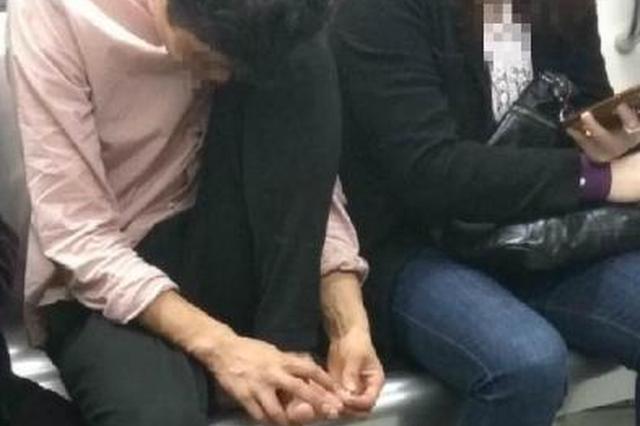 重庆一男子在车厢内抠脚 邻座乘客眼神不可描述