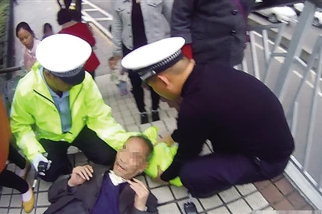 老人雨天摔倒 重庆一民警脱衣为他当枕头