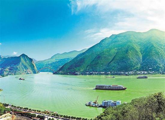 10月21日,一艘艘船只航行在三峡库区巫山县境内。当日,三峡水库水位达到175米,顺利完成年度蓄水目标。通讯员 王忠虎 摄