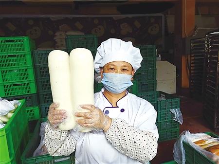 重庆1元巨型馒头:民众排着长队买一天要蒸上万个_新浪重庆_新浪网
