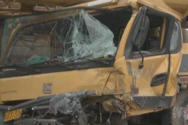 重庆:货车与吊车猛烈相撞致严重损毁 3人受伤