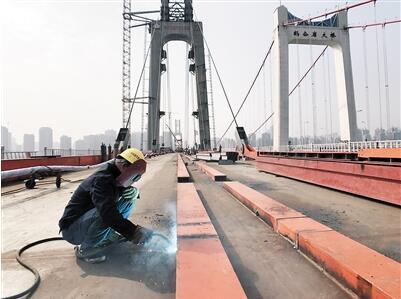 工人在桥面紧张施工。
