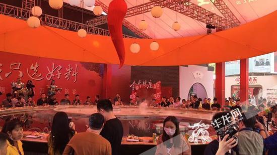 万人火锅宴聚集众多人气。记者 周晓雪 摄