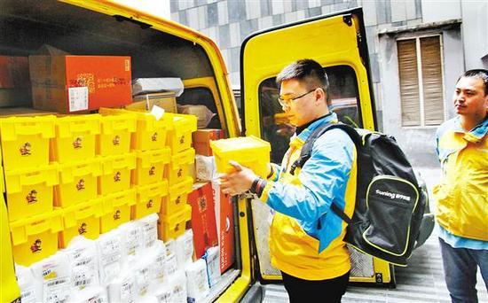 11月8日,苏宁送货员为顾客送货上门。当天,苏宁采用全新的快递件包装