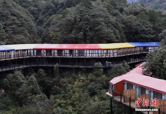重庆现临崖酒店 宛如山间彩虹[组图]
