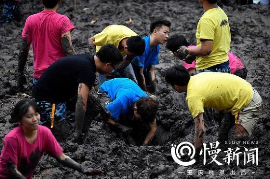 又是别人家的大学!川美师生在校园荷塘比赛挖藕