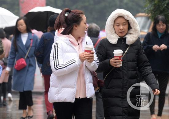 寒潮突袭气温骤降 重庆市民全副武装出行