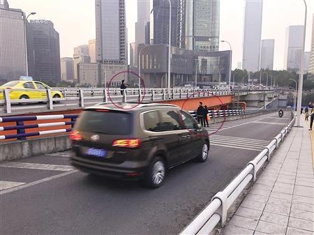 三人(画圈处)在桥中间拍照 记者 朱婷 摄