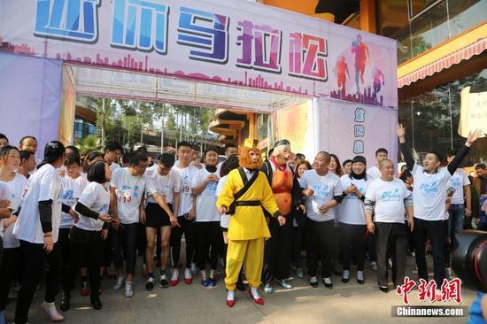 重庆高跟鞋彩跑开赛 男士穿高跟鞋参赛成亮点