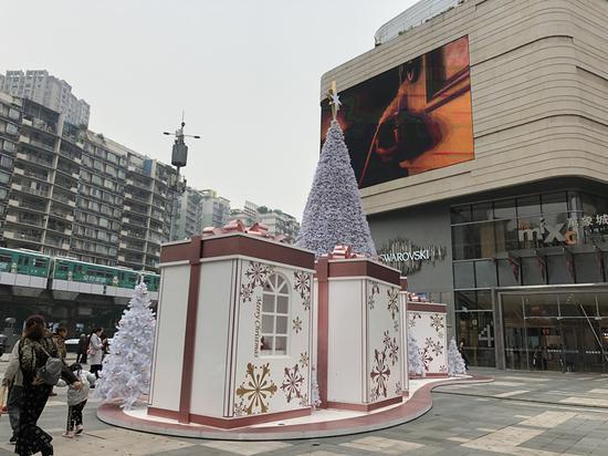 重庆一商场现巨型圣诞礼盒 市民围观拍照