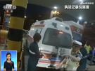 救护车高速上抛锚 众人推车救人