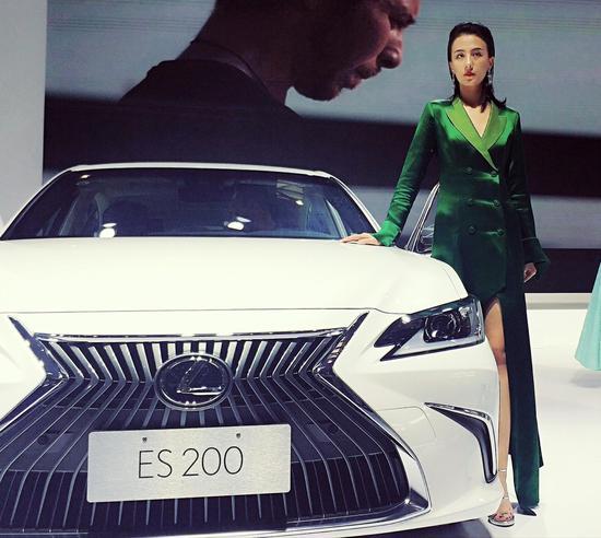 打望2019重庆国际车展上的香车美人