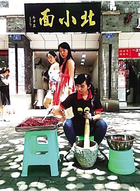 李珍颖在店门口舂辣椒 本组图片由受访者提供