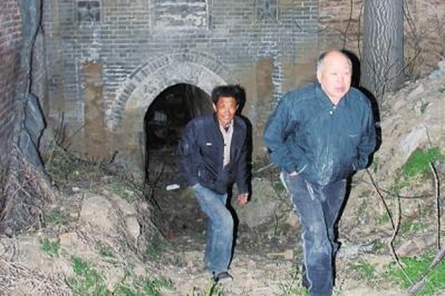 """村民称""""挖到上千块墓碑""""藏地洞 文物局:是混凝土块"""