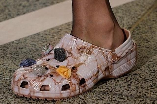 洞洞鞋被曝有安全隐患 重庆市场买家变少销路受阻