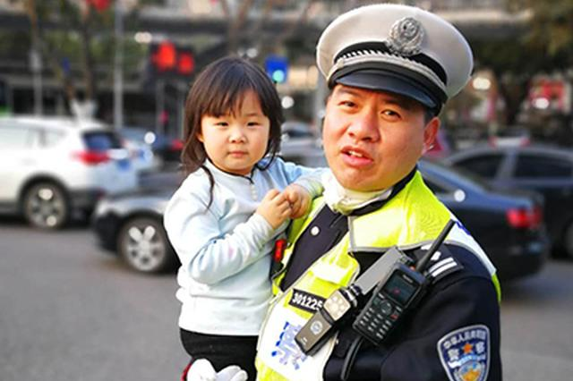 2岁女孩独自在车流中穿行 危急时刻民警用身躯挡车