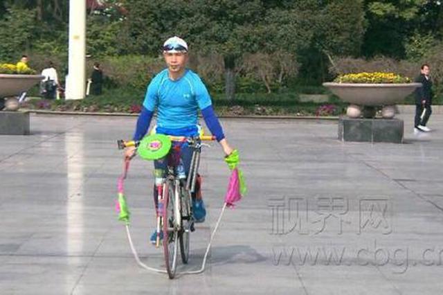 """重庆五旬男子自创锻炼""""绝活"""":骑自行车跳绳"""