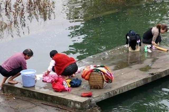 大妈江边洗衣服被冲走 热心市民纷纷跳进水中救人