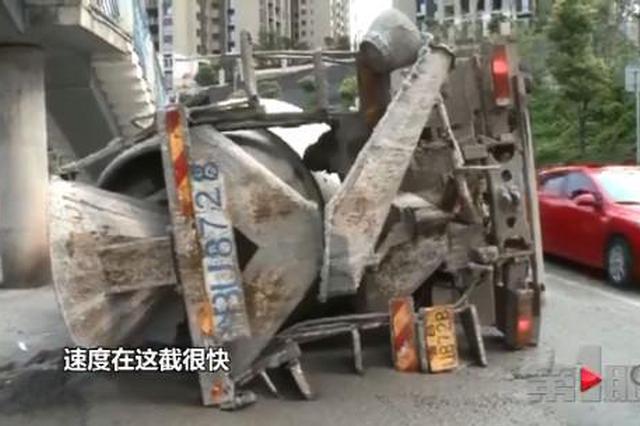 重庆一罐车行驶中突然侧翻 发出巨大声响