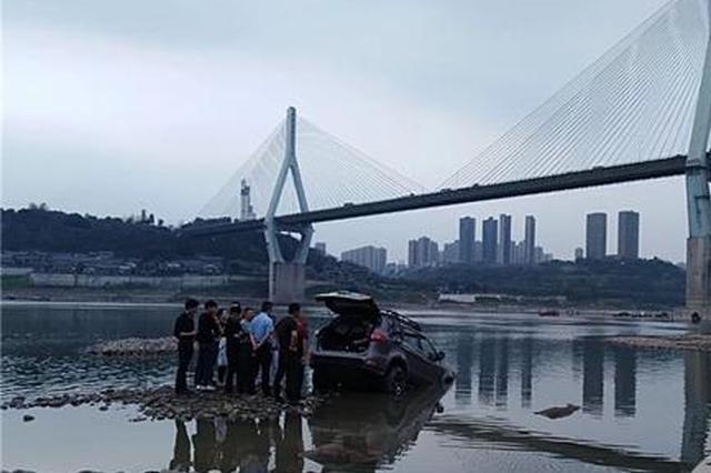 一辆陷淤泥一辆泡江水中 警方提醒:别在这里秀车技