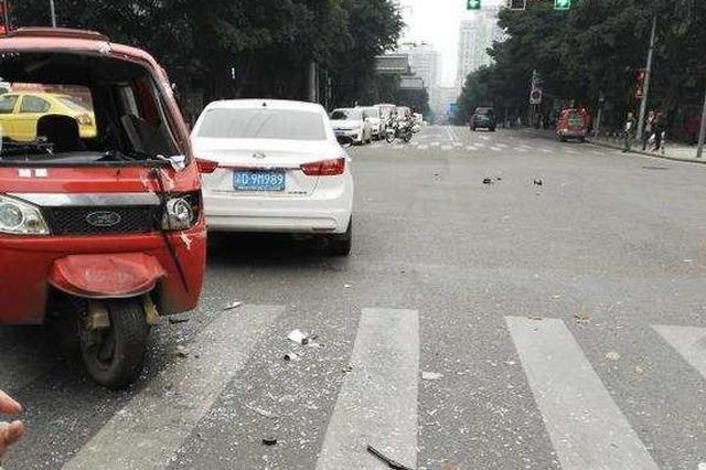 重庆发生两车相撞事故 现场碎片四溅(图)