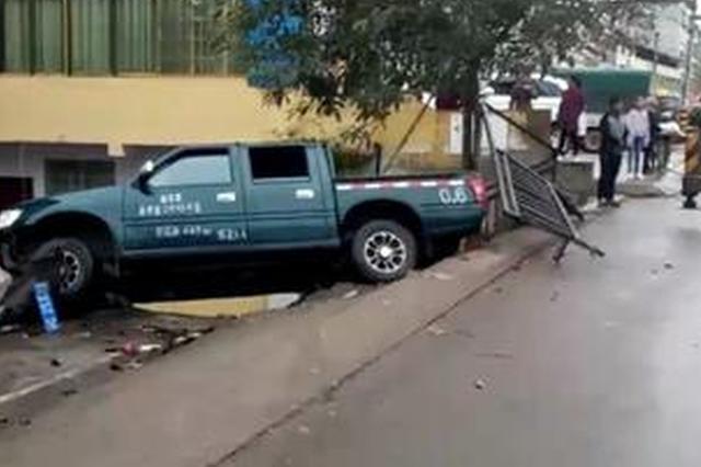 重庆一车辆凌空飞跃 悬在5米高的堡坎上