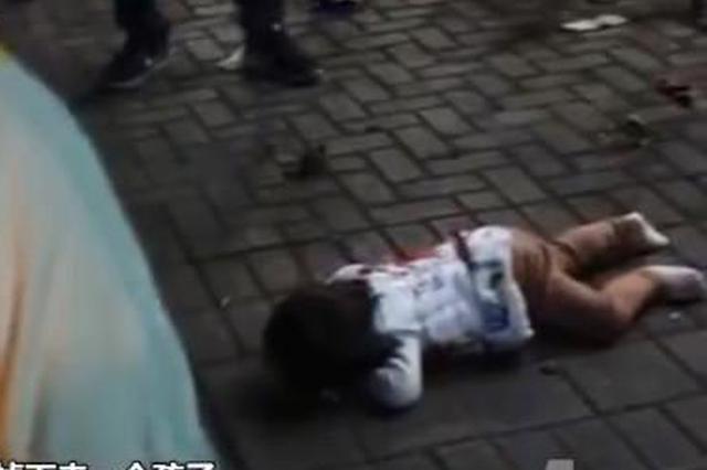 重庆:楼上坠下个人 女子跑出去一看发现是自家娃