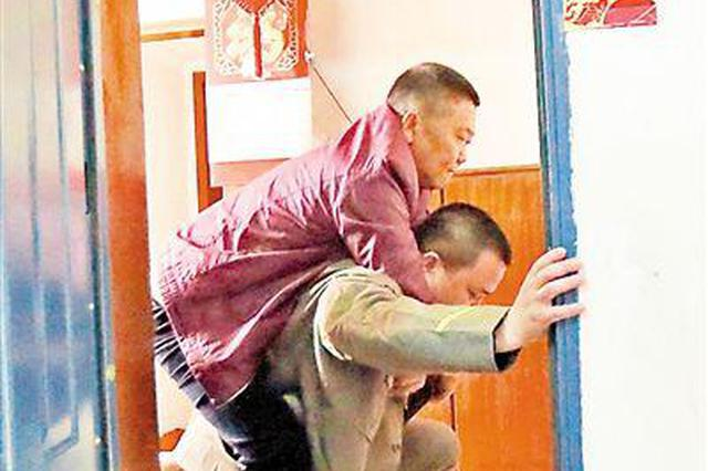 """重庆""""雷锋""""的哥坚持背邻居看病 车程从来不收费"""
