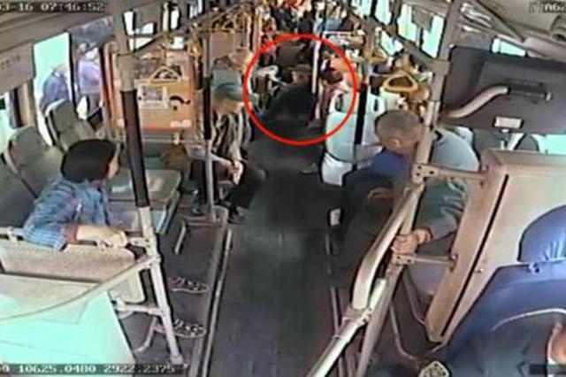 重庆:老人坐早高峰公交出意外 摔倒在地众人帮