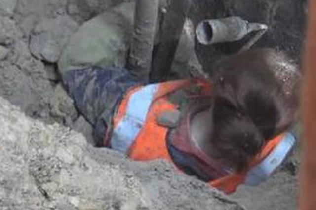 挡墙垮塌一女工被埋 工友消防徒手刨人