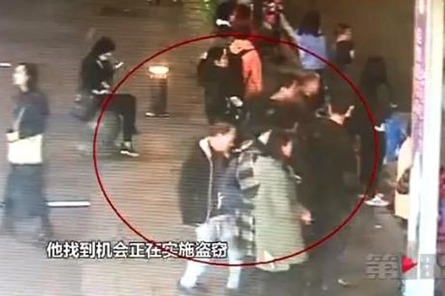 男子十字路口等绿灯 两部手机瞬间被人偷走