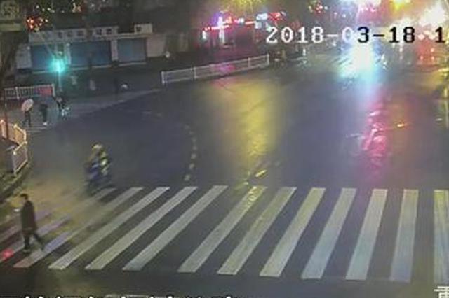 红灯时过马路居然还看手机 被电瓶车撞成骨裂