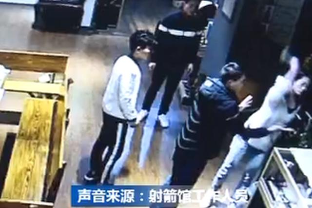 重庆:丈夫痴迷射箭冷落家人 妻子怒砸射箭馆