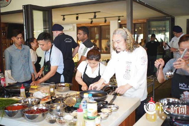 重庆大厨做的这两道菜 在越南美食节上大受欢迎