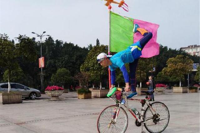 五旬男子有绝技:自行车上跳绳滚铁环玩金鸡独立