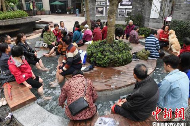 重庆这个步行街厉害了!露天引入温泉民众争着泡脚