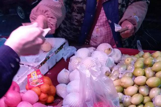 用脏钱买菜会导致短斤少两?记者走访市场验真伪