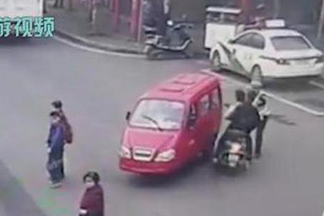 撞倒过路老人司机猛踩油门想跑 被民警抱摔下车……