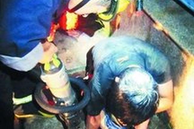 男子走路玩手机掉进半米排水沟 头部受重创不治身亡