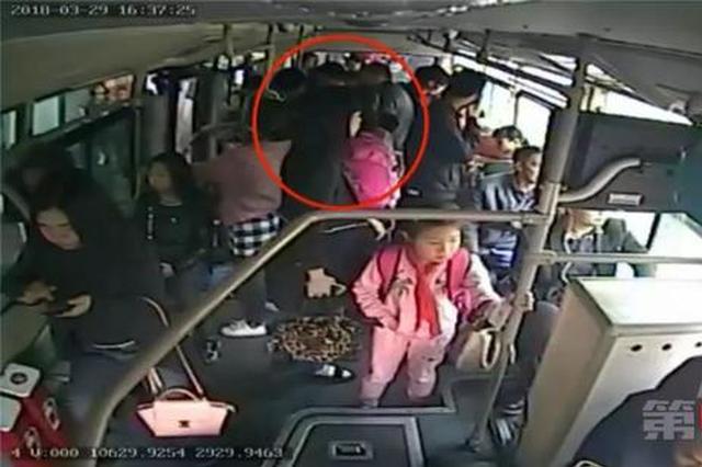 重庆:发生口角 老人一把将小孩拖下公交车