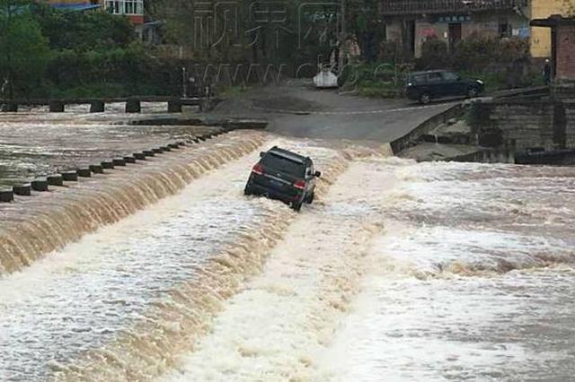 重庆:男子不听劝告 驾驶越野车冲向滚滚水流被困