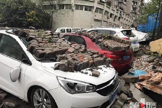 """大雨导致围墙垮塌 三辆私家车秒变""""运砖小货车"""""""