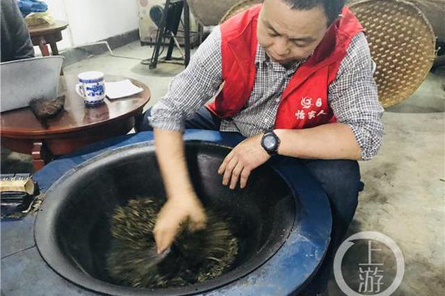 300℃高温的大铁锅 重庆匠人用手掌炒制醇厚茶香