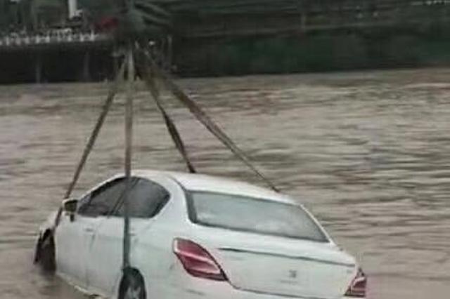 重庆石柱突降暴雨 龙河涨水致4车被淹(图)