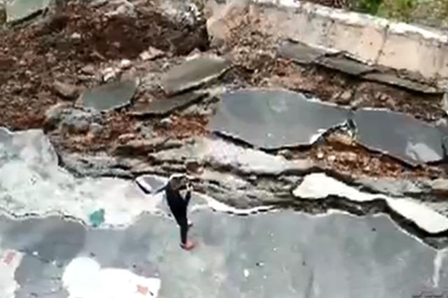 重庆一小区上面堡坎都垮了 下面还有人去种菜