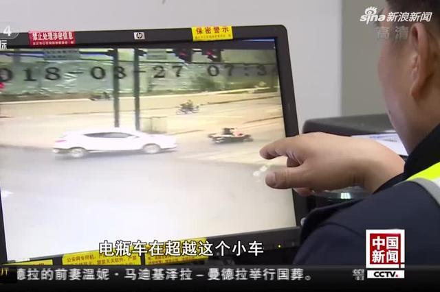 重庆:转弯超车进盲区 摩托倒地遭碾轧