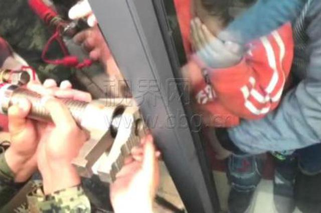 看好你的孩子!男童右手被卡玻璃门 看着都痛