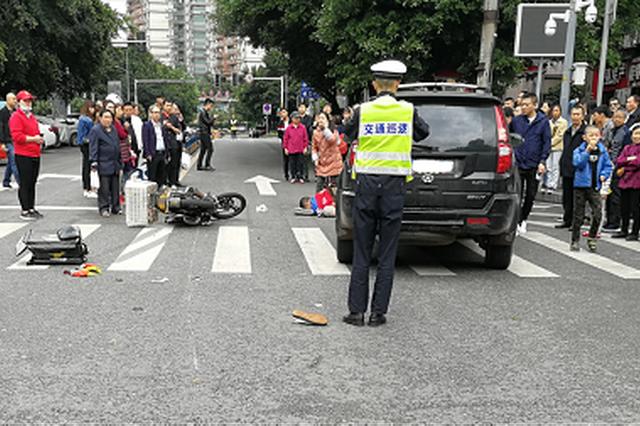 重庆外卖小哥急着送单开快车 与越野车相撞腿断了