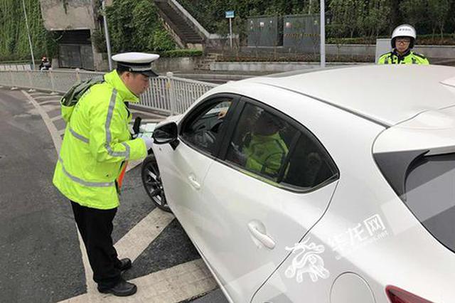 大桥限行限号不少司机仍走错 交巡警开出首张闯禁行罚单